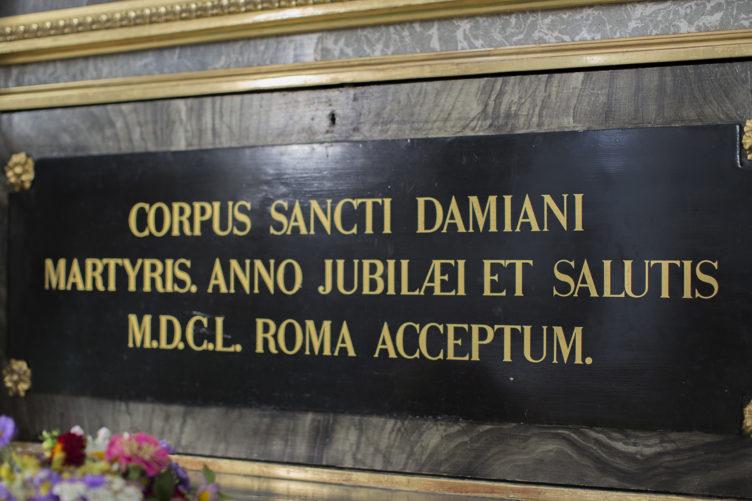 Ansicht Seitenaltar in der Stadtkirche Maria Himmelfahrt mit Inschrift Damian