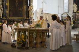 Ministranten mit Pfarrer Stübi um den Altar versammelt