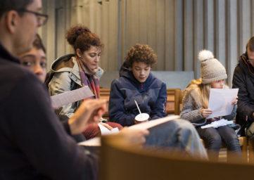 Kinder der 4. Klassen im Versöhnungsweg in der Kirche Ennetbaden St. Michael