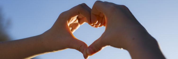 Symbolbild Seelsorge: Zwei Hände formen ein Herz