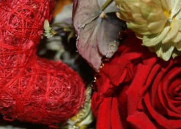 Sinnbild für die Liebe mit Rose und Herz