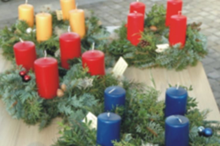 Adventskränze, Gestecke und Dekorationen