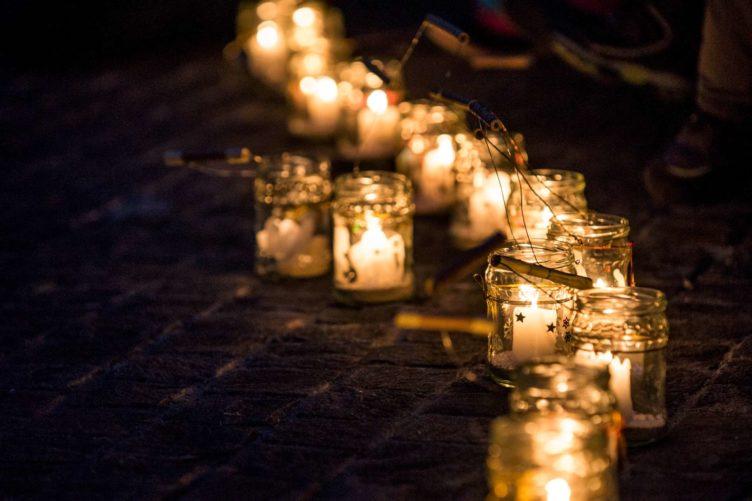 Gebet in der dunklen Kirche St.Anton