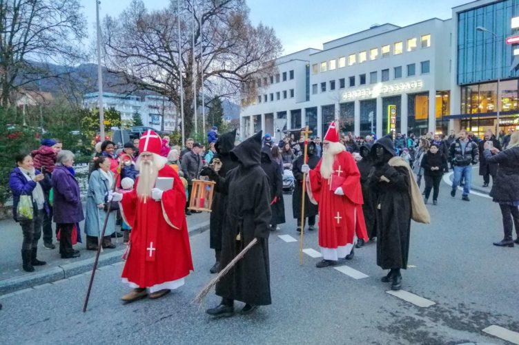 Chlauseinzug auf dem Zentrumsplatz Wettingen