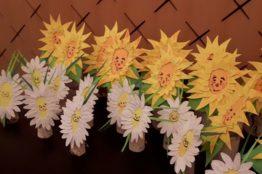 Blumengesichter auf Birkenstämmchen basteln 9