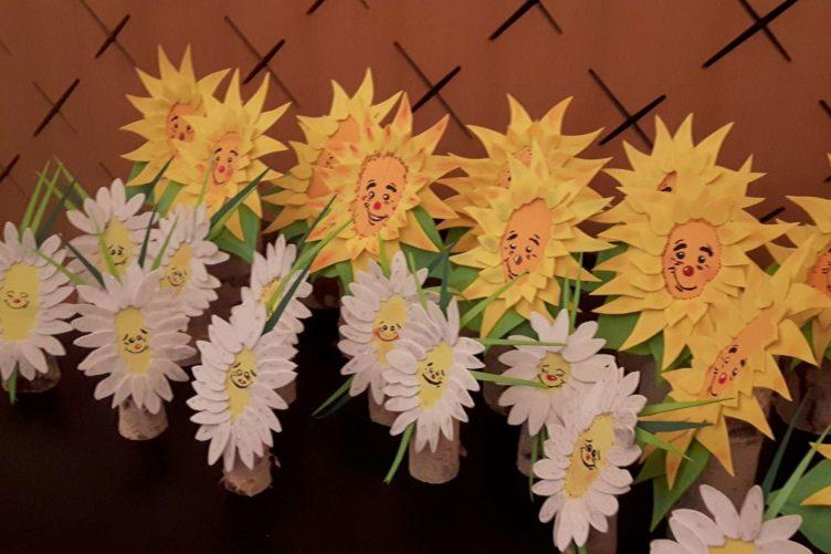 Blumengesichter auf Birkenstämmchen