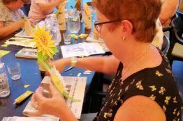 Blumengesichter auf Birkenstämmchen basteln 15