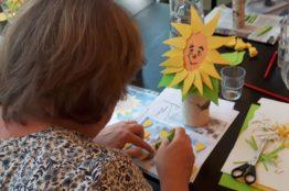 Blumengesichter auf Birkenstämmchen basteln 3