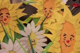 Blumengesichter auf Birkenstämmchen basteln 7