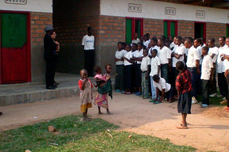 Schulbänke für Schulkinder im Kongo